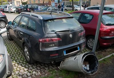 Auto danneggia cestino